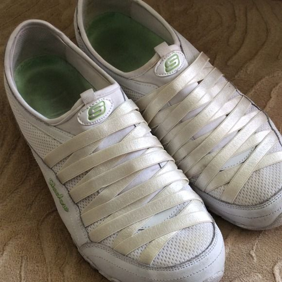 White Skechers Used Skecher tennis shoes. Still in very useable condition. Skechers Shoes