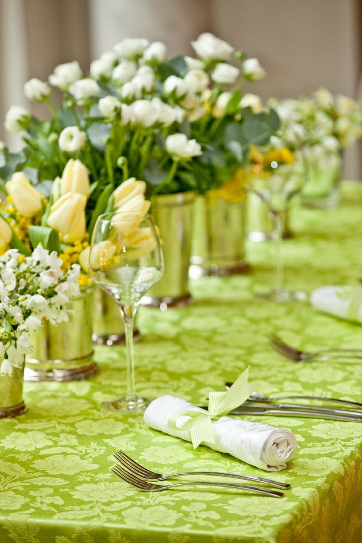 Spring Flowers Table Decorations. This one is lovely and bright, but if you fancy a change of colour ~ match the runner to a different shade of tulip...♥