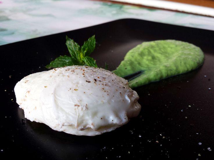 Un fantastico #uovo in camicia, una ricetta classica ma piena di gusto,accompagnato da una crema di piselli e menta