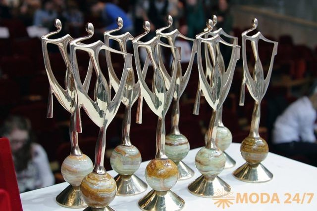 Экзерсис-2017 http://moda247.ru/ekzersis-2017/  В 39-ом сезоне подиум конкурса «Экзерсис» #экзерсис2017 представит лучших молодых дизайнеров, которые в своих коллекциях откликнулись на волнующие события, глобальные изменения в мире и внедрение новых технологий. Конкурс традиционно пройдет в рамках 49-ой федеральной ярмарки «Текстильлегпром». На суд зрителей будут представлены коллекции моделей одежды класса prêt-à-porter и prêt-à-porter de luxe в номинациях: «молодежная одежда», «мужская […]