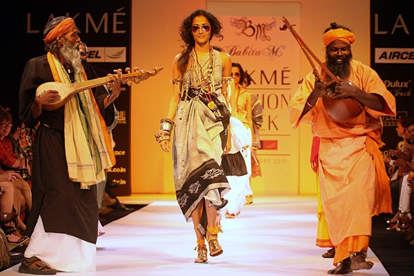 Google Image Result for http://media.cnbc.com/i/CNBC/Sections/News_And_Analysis/_News/_SLIDESHOWS/_ASIA_SLIDESHOWS/IndiaFashionWeek2011/image5_d.jpg
