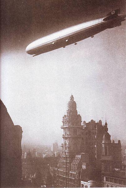 1934: Graf Zepellin sobrevuela Buenos Aires. Se ve la esvástica nazi en la cola.