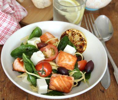 En fräsch och lätt, men ändå mättande, sallad av lax och fetaost. Servera salladen tillsammans med en dressing av olivolja, fransk senap och vitlök - supergott tillsammans med laxen!