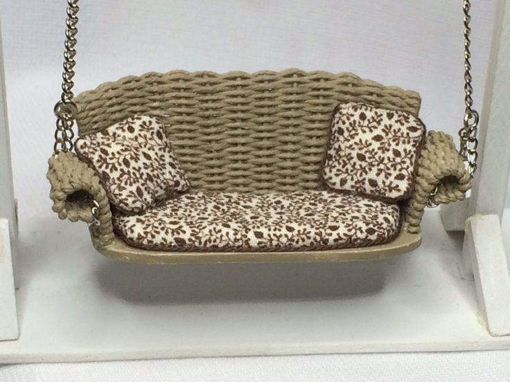 "Dollhouse Miniature 1/2"" Scale Tan Wicker Porch Swing by Peggy Taylor von MiniEstates auf Etsy https://www.etsy.com/de/listing/260409270/dollhouse-miniature-12-scale-tan-wicker"