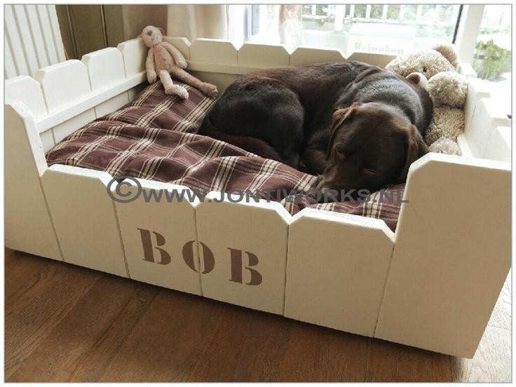 steigerhout hondenmand Bob  Kleur: Krijtverf