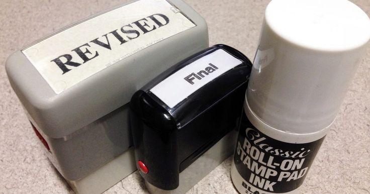 """Como recarregar um carimbo automático?. As pessoas usam os carimbos automáticos por causa da sua praticidade. Eles são de borracha e possuem um reservatório de tinta feito de plástico e são usados para marcar as contas como """"PAGO"""" ou para marcar outros documentos. Quando você usa um carimbo automático, a tinta do seu reservatório molha o selador que vai imprimir posteriormente no papel. ..."""