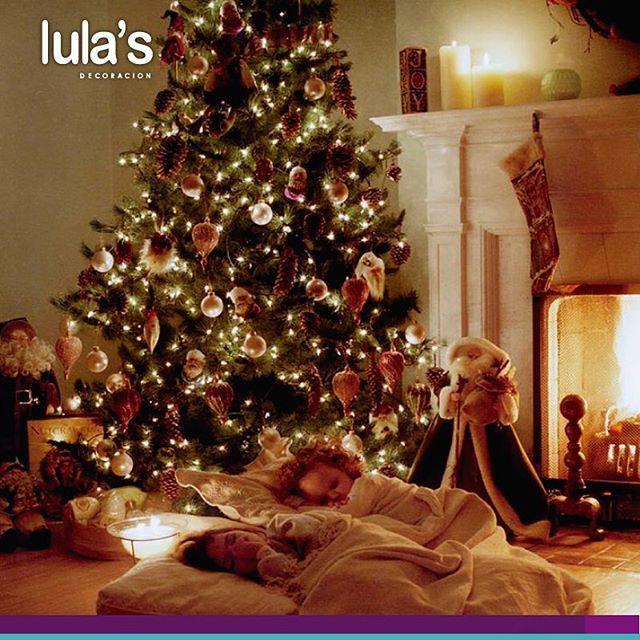¿Y tú ya armaste el arbolito de Navidad? Si aún no lo has hecho, aprovecha este día de fiesta y ármalo en compañía de tus hijos, quienes disfrutan tanto de esta actividad que hasta querrán pasar la noche junto a el #LulasDecoración Imagen inspiración Pinterest