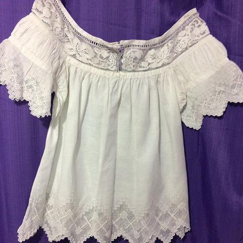 Camisola blanca con tejido en pajita en talla L disponible para desfile de las mil polleras