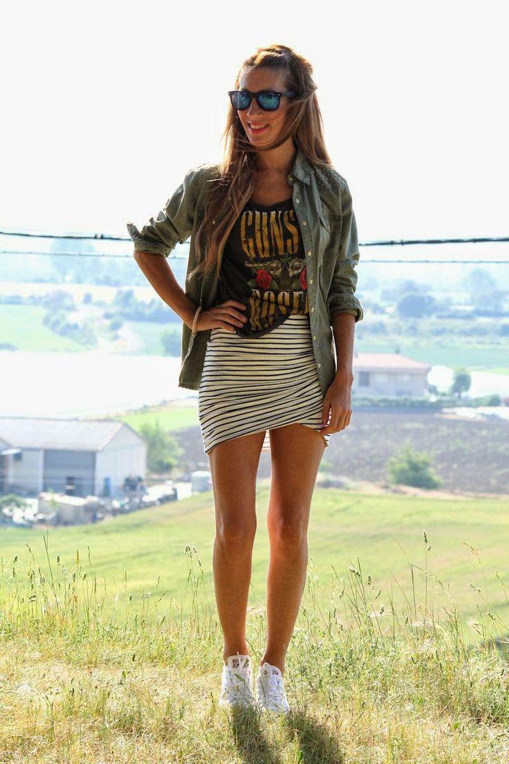 Falda rayada informal con camiseta y chaqueta vaquera