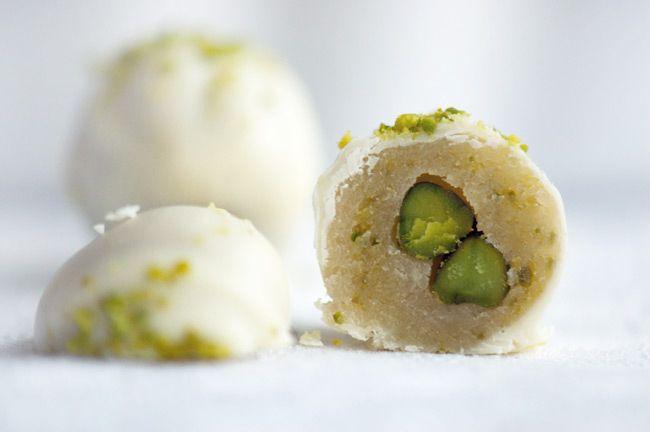 Hjemmelavet nem konfekt med pistacie, marcipan og hvid chokolade. Et stykke konfekt, som er nemt at lave, pænt og smager pragtfuldt