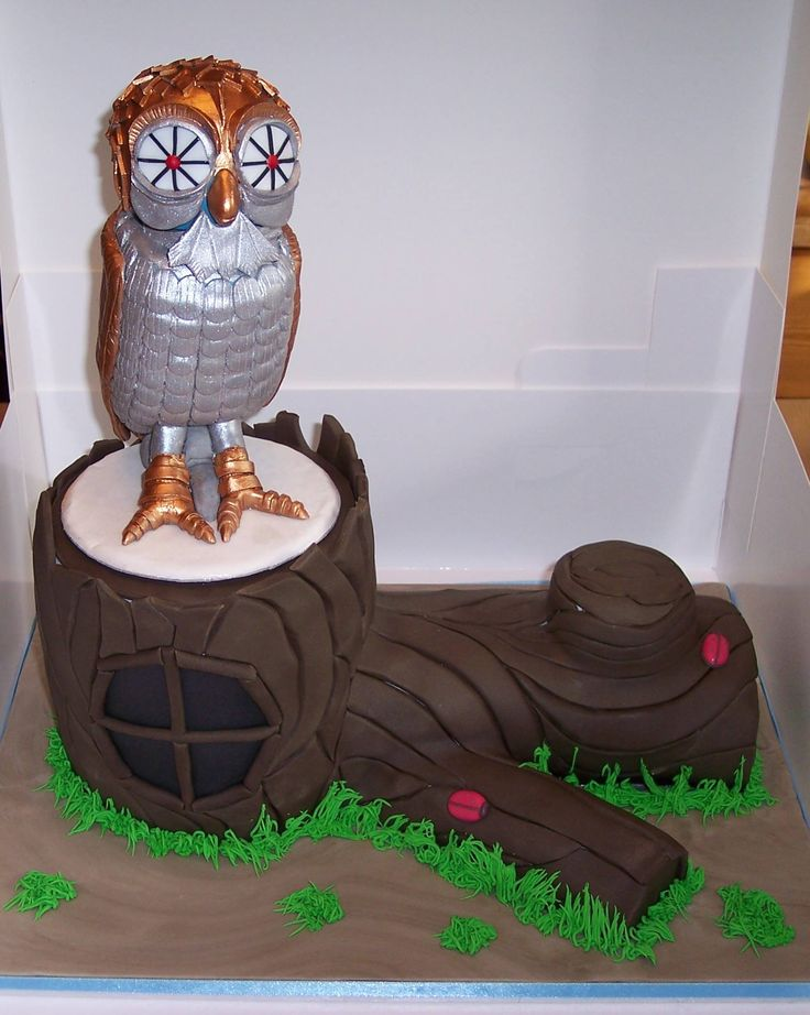 """BooBo the mechanical owl from """"Clash Of The Titans"""" Was made for Cheryl Fergison """"Heather"""" Eastenders. Cheryl and myself have become friends, I help raise funds for her drama school. Cheryl classes me as one of the Gang now. This cake raised £120.00 in auction"""