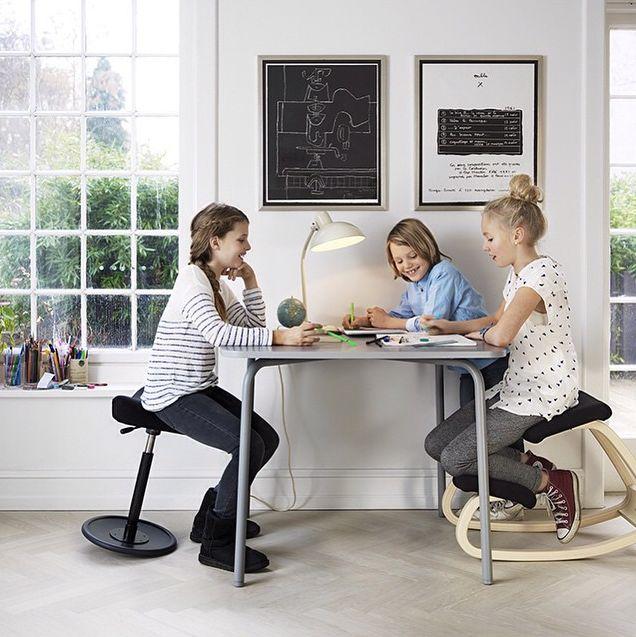 Speciaal ontwikkeld voor onze kinderen, deze Varier (Stokke) zitmeubelen. Wij kiezen bewust voor dit meubilair. Zo voorkomen we zitklachten in de toekomst.
