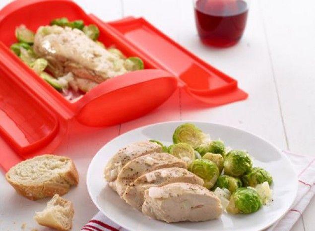 Pechuga de pollo con coles de bruselas y cebolla
