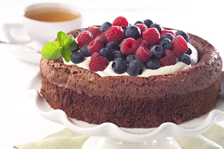 Torta souffle de chocolate con frutos rojos. Hacé ckic en la imagen para conocer su #receta
