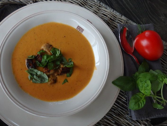 I just love soups. I could live off soup and eat them at any time of the day. Today's lighter meal is a delicious creamy tomato soup. www.icookkitchen.no