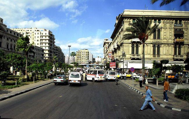 Rua Ahmed Orabi, uma das avenidas principais do centro da cidade de Alexandria, Egito. Alexandria era conhecida no mundo antigo pelo Farol de Alexandria (uma das sete maravilhas do mundo antigo), pela Biblioteca de Alexandria (a maior do mundo antigo) e pelas catacumbas de Kom el Shoqafa (uma das sete maravilhas do mundo medieval).