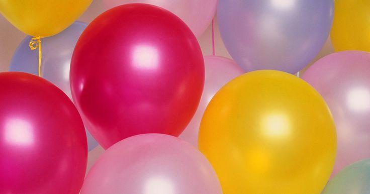 Como construir soportes para arcos hechos con globos. Para una fiesta infantil u otro evento especial, un arco de globos es ideal para la entrada o para un puesto para fotografías. El arco de globos necesita un marco que le sirva de soporte. Necesitarás asegurarlo al suelo o colocar pesas para que no se vuele ni caiga. Puedes unir los globos al soporte fácilmente con alambre o cuerda y los globos ...