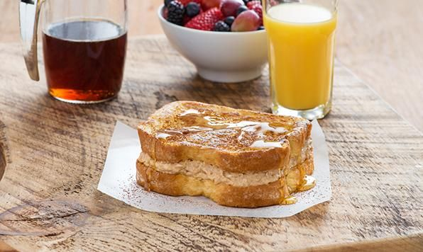 Avec une garniture crémeuse à saveur de café, ce sandwich pain doré est idéal pour un déjeuner ou un brunch du week-end.