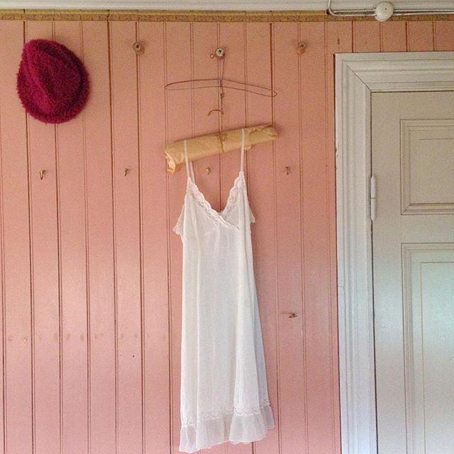 SnapWidget | Inspiration till klädkammaren? I det här huset från 1895 finns en kattvind som har rosa pärlspont med tapetbård! Kläder och mössor hänger på metallkrokar och gamla trådrullar i trä fungerar som knoppar. #detsitteriväggarna #byggnadsvård #historia #pärlspont #klädkammare
