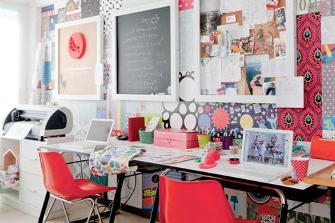 Escritorios con estilo para un rincón de trabajo en casa  Para establecer un 'foco de atención', en este caso se utilizaron los colores del patchwork que cubre una de las paredes dándole personalidad y calidez al ambiente Foto:Archivo LIVING