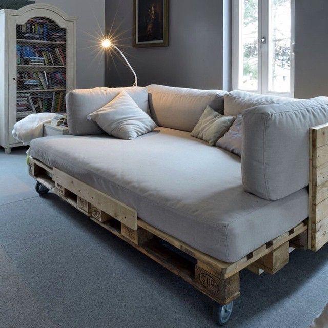 #inspiração sofá com pallets de madeira. #inspiration wodden pallets sofa. #ideiasdiferentes #differentideas #ideias #ideas #design #criatividade #madeira #pallet #sofa #sala #decor