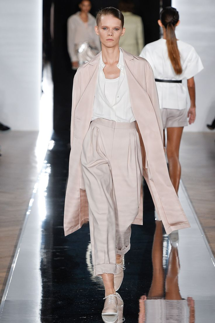 See the complete Valentin Yudashkin Spring 2017 Ready-to-Wear collection.