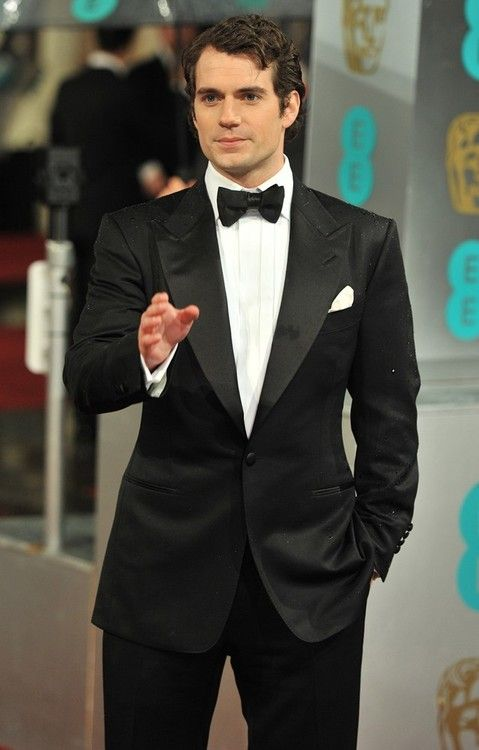 Henry Cavill stands tall at 185 cm.