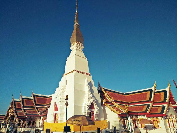 P.S. Ya en Sakon Nakhon, un lugar de gratos recuerdos nocturnos aunque aquello sea historia más que cerrada en mi vida. A pesar de eso siempre me ha gustado el aspecto gris de la ciudad, el fabuloso templo Choeng Chum (de restauración esta vez) y, sumado a ello, una pequeña ruina jemer que acabo de descubrir