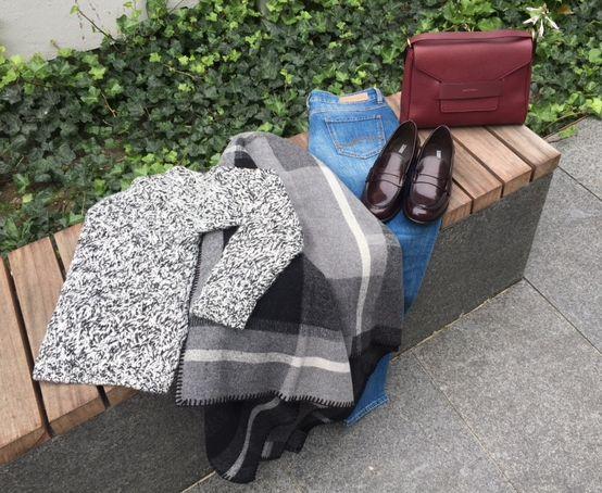 Køligere vejr = lune styles. #SAND strik  #HOLZWEILER kappe #BOSS jeans Med lækkert tilbehør i den smukke vinrøde farve. Sko fra CLOSED.  Taske fra RODTNES.  www.FLOT.nu
