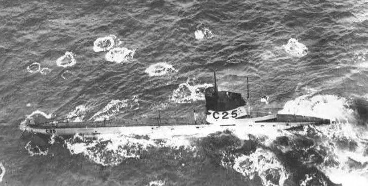 La figura en el periscopio es probablemente marinero barcaza que fue herido de muerte, mientras que en el plano schoot.Hij con su ametralladora Lewis gritó que el barco tuvo que bucear, ignoran el hecho de que había sido opgelopen.Kogels bastante promedio toquen el agua, mientras el C25 busca manoeuvreren.De submarino fue salvado por el mijnenleggende submarino E51 a la superficie