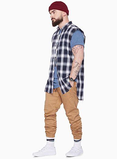 Style athlétique de L.A. par FairPlay   Taille élastique ajustable sur lacet coulissant   Braguette en trompe l'oeil   Toile de coton extensible haut de gamme pour un confort supérieur    Le mannequin porte la taille 32