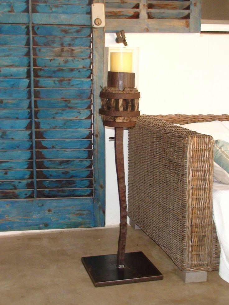 Candelero realizado con el eje de la rueda de un antiguo carro de las salinas de Formentera
