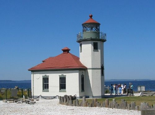 Alki Point Lighthouse, Seattle, WA (USA) | 1-1/2 story wood principal keeper's house, built in 1887, is the residence of the commandant of the 13th Coast Guard District and is still active