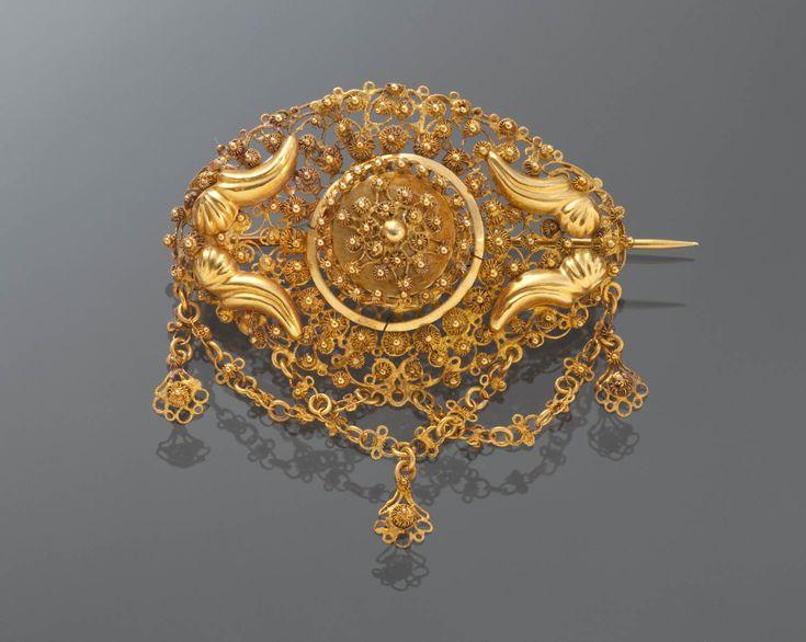 Broche of 'borstzeuge', van ongewaarborgd goud. Gedragen door een vrouw uit Nieuwland, omstreeks 1870. Dit soort broches werden ook in Noord-Brabant, op de Zuid-Hollandse eilanden en in Zuid-beveland gedragen. #NieuwStJoosland