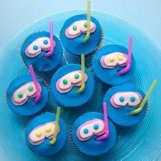 Leuke traktatie voor kinderen die afzwemmen, een zwemfeestje geven of gewoon gek op zwemmen zijn! Leuk recept met blauwe cupcakes! Fun treat for kids who love swimming! http://dekinderkookshop.nl/recepten-voor-kinderen/duikbril-traktatie-zwemmen-afzwemmen/