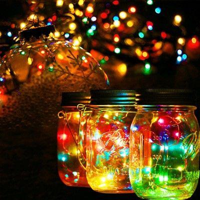 Deze feestelijke Mason Jar Solar Deksel met 10 LED fairy lights veranderd steeds van kleur. Heel sfeervol voor in huis of buiten in de tuin! Deze lampjes worden vaak ingezet tijdens bruiloften, recepties, zwoele zomeavonden of tuinfeesten e.d. Mooi als centerpiece op de tuintafel en met de wired handles maak je er in een handomdraai een lantaarn van. De ingebouwde lichtsensor zorgt ervoor dat de fairy light automatisch aan gaan als het donker wordt en vice versa. Overdag laden de batterijen…