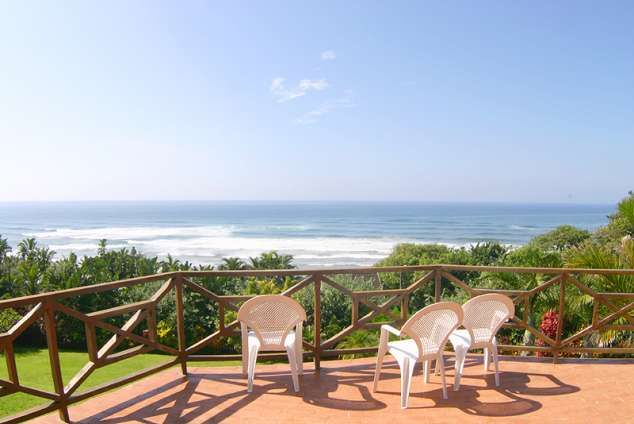 A dream holiday house overlooking the Indian Ocean and the original dune forest that Da Gama saw. You can see the surf and hear it all day and all night. From the deck with a panoramic view you can watch whales and dolphins playing in the waves and ships passing by on the horizon. Trafalgar swimming beach within ten minutes walk, a path to a walking beach (marine reserve) opposite the house, nature reserves close by, good restaurants in the vicinity. Ideal for family holiday.