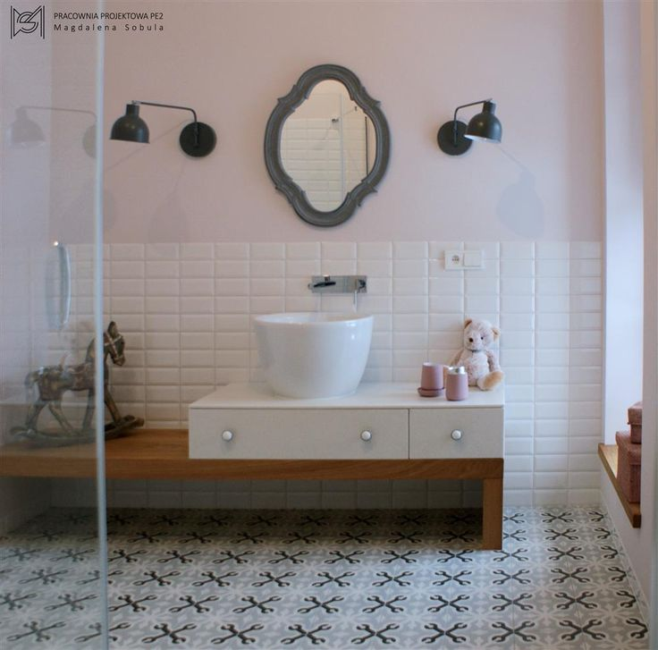 Bathroom with a patterned floor (by Magdalena Sobula)