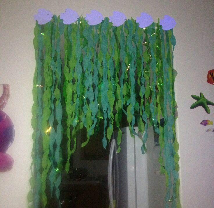 Crea una divertida entrada a una fiesta (cualquiera que sea el tema de esta) usando tiras de papel creepé. Usa tu imaginación para combinar...
