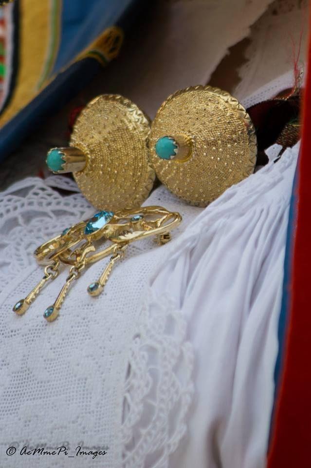 Bottoni in oro su costume tradizionale