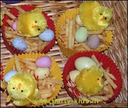 leuke paas traktatie: cupcake papiertje met kuikentje, frietjes en eitjes. Variatie : eierkoek in reepjes ipv chips