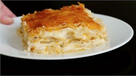 A tésztát tepsibe rakta, megfőzte a burgonyát és elkészítette a világ legfinomabb ételét!