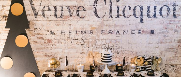«Les Fêtes selon #KateSpade » A glamorous Black and Gold #Christmas decor for your #holiday celebrations // Planned and styled by www.scenarioideal.com Photos @Sonia Bourdon Calligraphy @imaginejoy calligraphie Cake @lafabrik  Venue www.aubergesaint-gabriel.com
