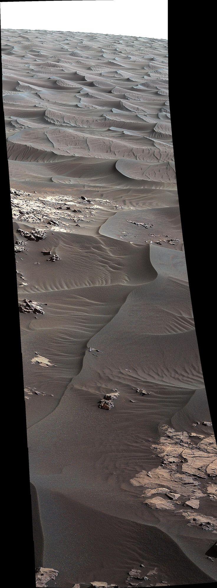 """""""Arte su Marte"""" Dal blog di Lori Fenton. Guardando dal basso verso l'alto, una panoramica del lato sopravvento della duna, che al link potete vedere fotografate dallo spazio. Usando quelle immagini, si è visto che si muovono verso poppa (verso sinistra nell'immagine sopra) a una velocità di 0,66 metri ogni anno terrestre. Image credit: NASA/JPL-Caltech/MSSS"""