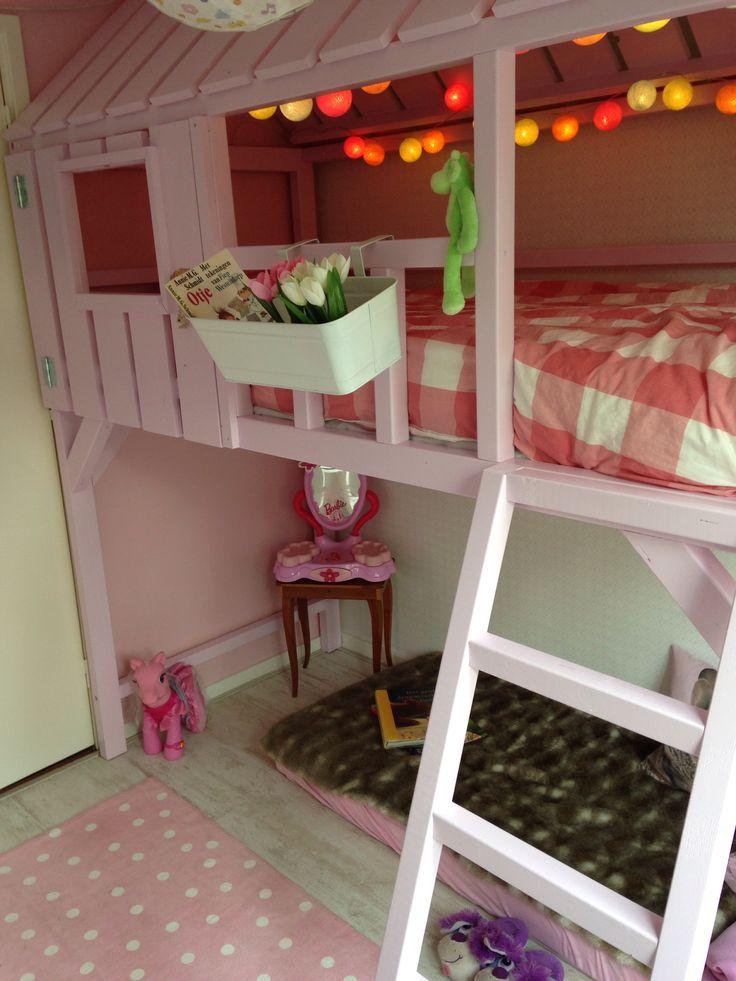 Het eindresultaat! Veerles kamer in het thema 'roze en konijntjes' met hoogslaper.