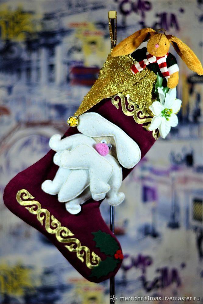 Новый год и Рождество — самые долгожданные и любимые зимние праздники. Одной из славных традиций новогодних праздников является подвешивание специальных сапожков или носочков на каминную полку или окно — в них Дед Мороз в течение всех рождественских каникул подкладывает подарки для детишек и взрослых. Именно поэтому такой сапожок считается символом Нового года.