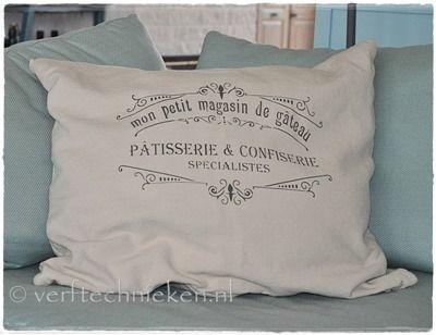 DIY Shabby Chic sjabloon aanbrengen op een kussen. How to apply a Shabby Chic Stencil on a pillow.