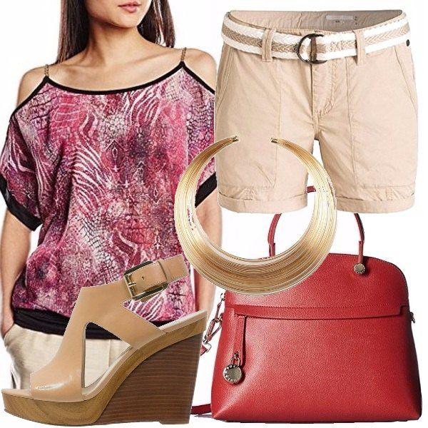 Prendiamo questi pantaloncini color beige, abbinabili a tutto, con una blusa con spalle in vista, coloratissima nelle tonalità dei rossi, bordeaux e bianco, con i bordi neri. Prendiamo il nostro bauletto rosso scuro, top per non appesantirci troppo. Prendiamo le nostre zeppe color cuoio, semplicissime. Unico accessorio: collana corta.