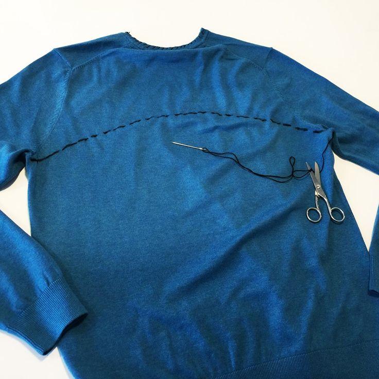 3. Zezadu svetru namalujte linku spojující podpaží a svetr v tomto místě sešijte. (Pozor: pokud jste si v předchozím kroku svetr obrátili naruby, nezapomeňte ho obrátit před sešíváním zpět).