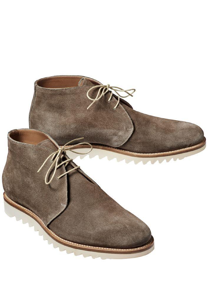 SÄGEBLATT-BOOTS. Wer einmal ein Paar der spanischen Schuhmanufaktur besitzt, bleibt treu, weil diese Schuhe nicht nur auffallend besonders, ausdauernd haltbar, sondern auch sehr bequem sind. Über 90 % aller Arbeitsschritte werden bei Sendra noch von Hand getätigt, so auch die aufwendige Rahmennaht, die die Sohle fest mit dem Schuh verbindet. Das teure Rindleder ist besonders weich und angenehm am Fuß. Gezackte Mikrosohle.